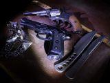 Пистолеты и ножи